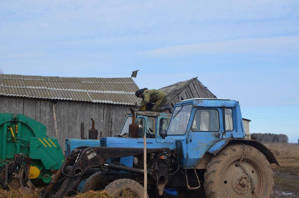 На старом тракторе МТЗ прохудилась крыша кабины.JPG