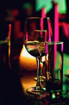 https://www.marpravda.ru/upload/resize_cache/iblock/2f2/650_430_1/light_wine_night_glass_bar_red_13836_pxhere.com.jpg
